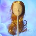 Головка без макияжа, с короткими золотыми волосами